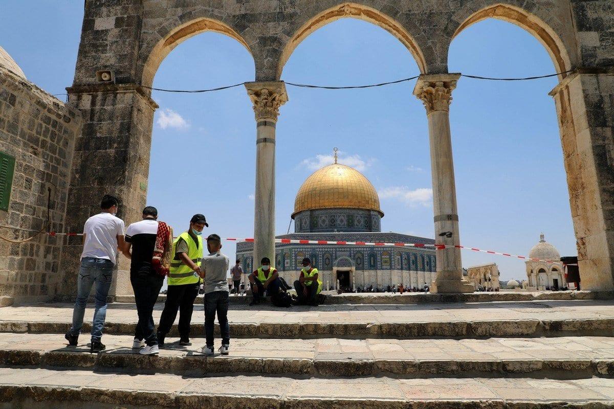 Muçulmanos palestinos aguardam para realizar as orações de sexta-feira dentro do complexo da Mesquita de Al-Aqsa, na Cidade Velha de Jerusalém, 10 de julho de 2020 [Muhammed Qarout Idkaide]