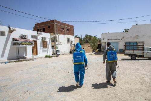 Os profissionais de saúde desinfetam as casas dos pacientes de covid-19, enquanto o número de casos aumenta no distrito de Gabes, na Tunísia, em 23 de agosto de 2020. [Nacer Talel/Agência Anadolu]