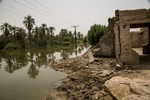 Uma visão geral de um prédio destruído é vista perto de uma área submersa depois que enchentes atingiram a cidade de Merove, Cartum, Sudão, em 13 de setembro de 2020. [Mahmoud Hjaj - Agência Anadolu]