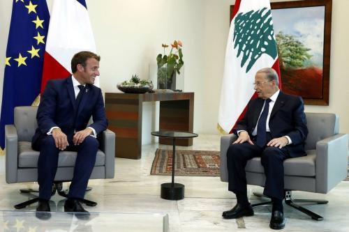 Presidente francês Emmanuel Macron (esq.) se encontra com o presidente libanês, Michel Aoun em Beirute, Líbano em 1 de setembro de 2020 [Presidência libanesa / Agência Anadolu]