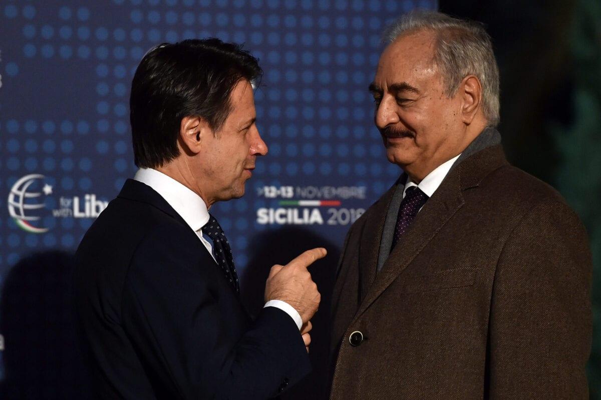 Primeiro-Ministro da Itália Giuseppe Conte recebe o general Khalifa Haftar, durante Conferência para a Líbia, na Villa Igiea, em Palermo, Itália, 12 de novembro de 2018 [Tulio Puglia/Getty Images]