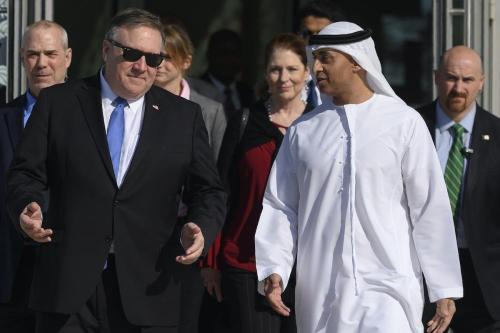 Secretário de Estado dos EUA Mike Pompeo (esq.) fala com o embaixador dos Emirados nos EUA Yousef Al Otaiba no campus da NYU em Abu Dhabi em Abu Dhabi em 13 de janeiro de 2019. [Andrew Caballero-Reynolds/ AFP via Getty Images]
