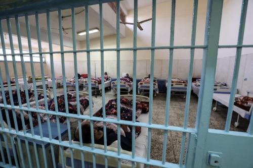 Foto tirada durante uma visita guiada organizada pelo Serviço de Informação do Estado Egípcio, em 20 de novembro de 2019, mostra presidiários recebendo tratamento médico na clínica da prisão de Borg el-Arab perto da cidade egípcia de Alexandria [Mohamed El-Shahed/ AFP via Getty Imagens]