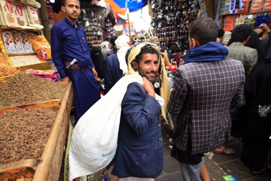 Os iemenitas compram doces e nozes em um mercado na capital Sanaa em 27 de julho de 2020, enquanto os muçulmanos se preparam para comemorar o feriado anual de Eid al-Adha, ou o Festival do Sacrifício [MOHAMMED HUWAIS / AFP via Getty Images]