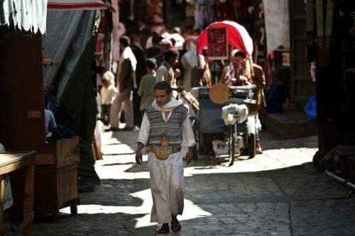 Um homem iemenita caminha na cidade velha de Sanaa em 8 de novembro de 2009 [MARWAN NAAMANI / AFP via Getty Images].