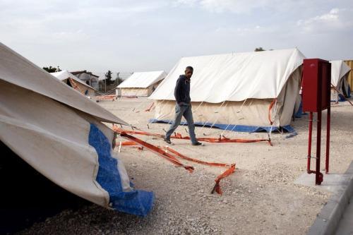 Refugiado resgatado na costa da ilha de Chipre, pela guarda costeira, caminha no campo de refugiados de Kokkinotrimithia, em 4 de novembro de 2015 [Iakovos Hatzistavrou/AFP/Getty Images]
