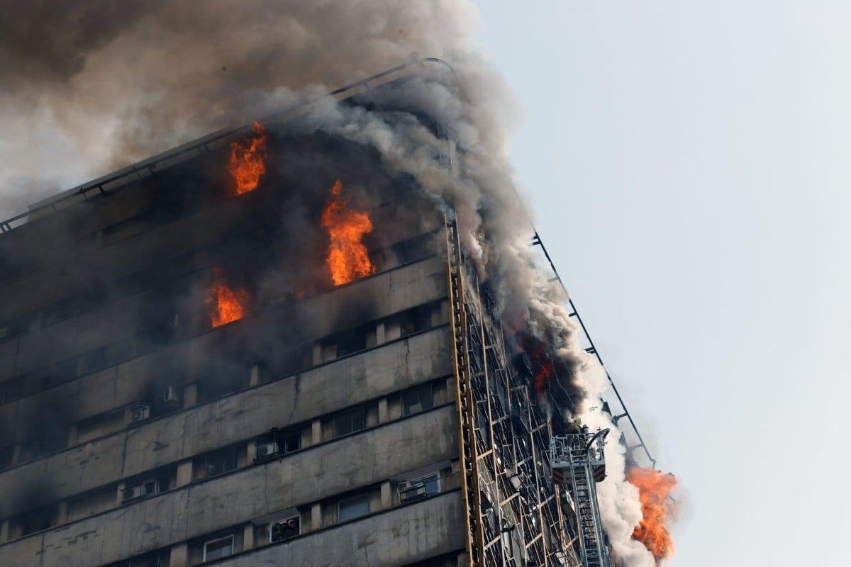 Bombeiros lutam contra chamas em Teerã, Irã, em 19 de janeiro de 2017 [STR / AFP / Getty Images]