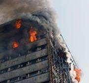 Grande incêndio toma fábrica de laticínios perto de Teerã Data
