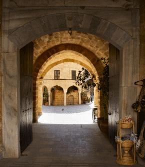 Construída em 1572 pelos otomanos, a Buyuk Han é o maior caravançarai na ilha do Chipre, no norte da capital Nicósia [Nick Dawson/Flickr]