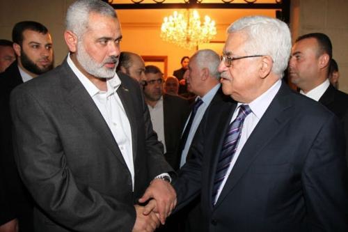 Chefe do Birô Político do Hamas, Ismail Haniyeh (esq) e líder da Autoridade Palestina Mahmoud Abbas (dir.) [Foto de arquivo]