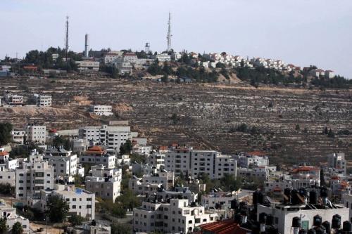 """Vista do assentamento ilegal conhecido pelos israelenses como """"Pisagot"""" (em segundo plano) e a cidade palestina de Al-Birehm de Ramallah, na Cisjordânia. Foto de 9 de dezembro de 2010 [Issam Rimawi / ApaImages]"""