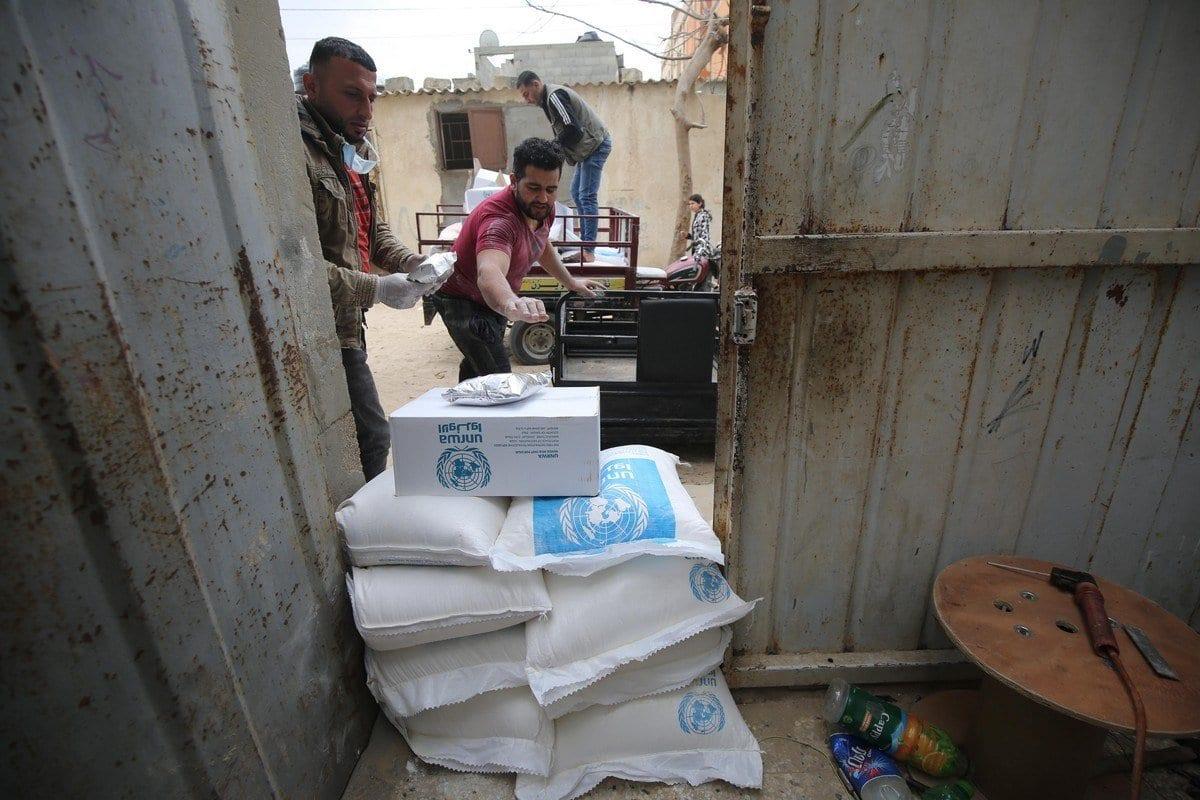 A UNRWA distribui ajuda alimentar para famílias em Gaza, 2 de abril de 2020 [Mohammed Asad / Monitor do Oriente Médio]