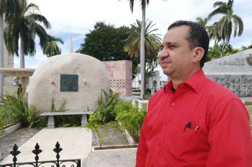 Deputado Júlio Cháves em Santiago de Cuba na pedra de Fidel Castro [Foto arquivo pessoal]