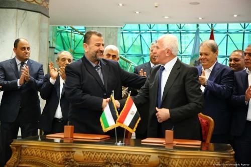 Azzam Al-Ahmad (à direita), líder do partido palestino Fatah, e Saleh al-Arouri (à esquerda), vice-presidente do gabinete político do Hamas, encontram-se no Cairo, Egito, em 12 de outubro de 2017 [Ahmed Gamil/Agência Anadolu]