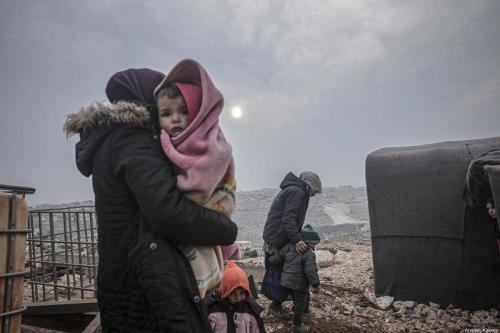Famílias sírias deslocadas por ataques conduzidos por forças do regime sírio e aliados, em um campo em Idlib, Síria, 14 de fevereiro de 2020 [Muhammed Said/Agência Anadolu]