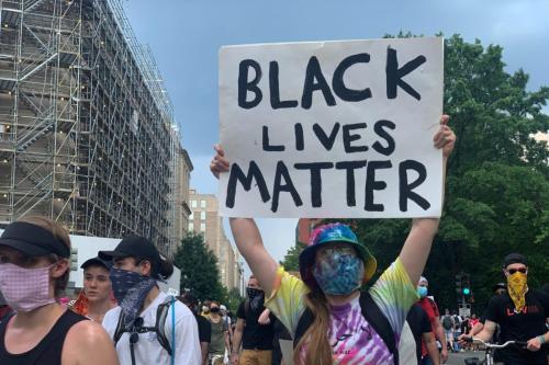 Manifestantes marcham na Praça Black Lives Matter em protesto contra a brutalidade policial e o racismo, em Washington DC, Estados Unidos, 6 de junho de 2020 [Yasin Öztürk/Agência Anadolu]