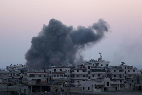 Fumaça decorrente de ataques aéreos executados por aviões de guerra russos sobre Idlib, Síria, 3 de agosto de 2020 [Asaad Al Asaad/Agência Anadolu]
