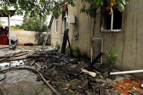 Visão dos destroços após os supostos ataques do exército armênio com mísseis de longo alcance, na cidade de Barda, Azerbaijão em 05 de outubro de 2020. O exército armênio continua a visar assentamentos civis, longe da linha de frente do Azerbaijão. [Resul Rehimov - Agência Anadolu]