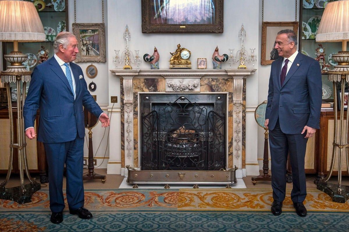 Príncipe Charles, Príncipe de Gales (à esquerda) encontra-se com o primeiro-ministro iraquiano Mustafa Al-Kadhimi em Londres, Reino Unido, em 22 de outubro de 2020 [Victoria Jones/WPA Pool/Getty Images]