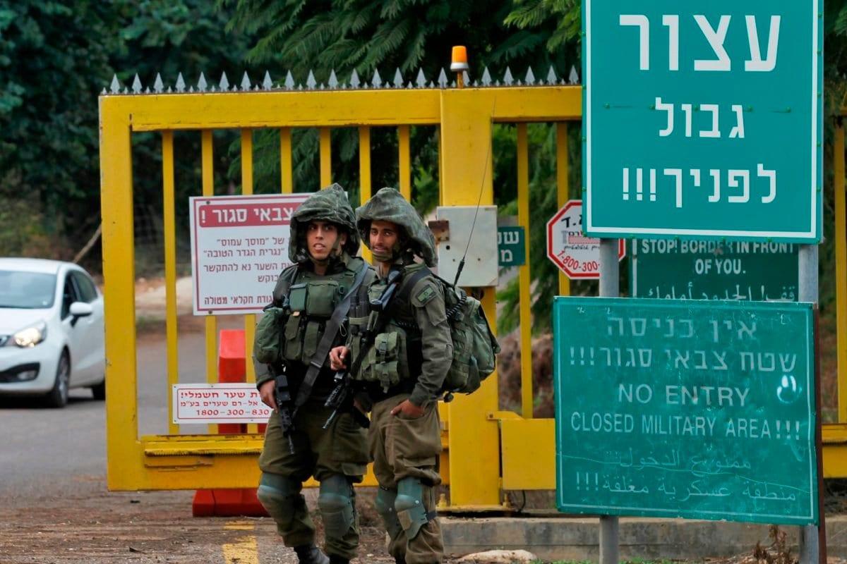 Soldados israelenses montam guarda em um posto de controle perto da fronteira com o Líbano, 4 de dezembro de 2018 [Jalaa Marey/AFP/Getty Images]