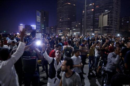 Manifestantes egípcios gritam slogans enquanto participam de um protesto pedindo a remoção do presidente Abdel Fattah Al-Sisi no Cairo, Egito, em 20 de setembro de 2019 [STR/ AFP / Getty Images]