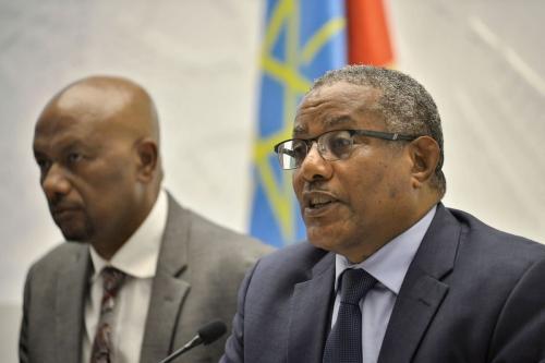 """O Ministro dos Negócios Estrangeiros da Etiópia, Gedu Andargachew (R) dá uma entrevista coletiva juntamente com o Ministro da Água, Irrigação e Energia da Etiópia, Seleshi Bekele, em 3 de março de 2020 na capital da Etiópia, Adis Abeba, onde criticaram o que eles chamaram de """"declarações não diplomáticas"""" dos Estados Unidos. [Michael Twelde/ AFP via Getty Images]"""