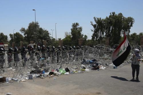 Forças de segurança iraquianas montam guarda na entrada da Zona Verde durante um protesto a capital Bagdá em 12 de julho de 2020 [Ahmad Al-Rubaye/ AFP via Getty Images]
