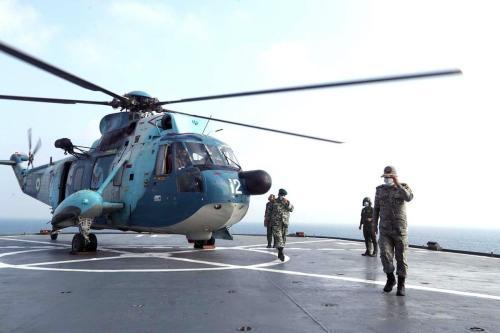 Helicóptero do Exército do Irã pousa em um navio de guerra durante o último dia de exercício militares no Golfo, perto do estreito estratégico de Ormuz, sul do Irã, 12 de setembro de 2020 [Exército do Irã/AFP/Getty Images]