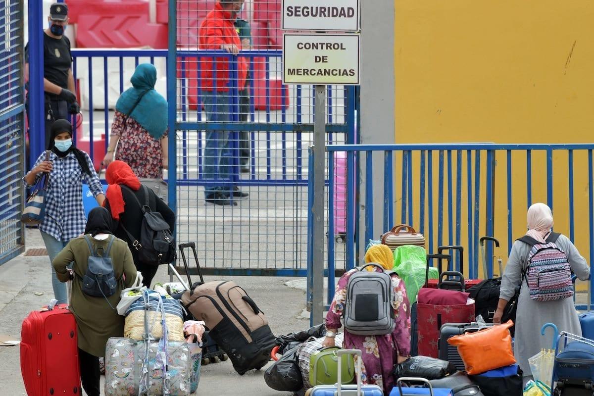 Cidadãos marroquinos presos na Espanha desde o fechamento das fronteiras em meados de marços, diante da pandemia de coronavírus, seguem ao setor alfandegário antes de atravessar a fronteira com o Marrocos, no território espanhol de Ceuta, em 30 de setembro de 2020 [Antonio Sempere/AFP/Getty Images]