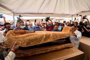 Arqueólogos abrem um dos sarcófagos escavados pela missão arqueológica do Egito, expostos em coletiva de imprensa na Necrópole de Saqqara, 3 de outubro de 2020 [Khaled Desouki/AFP/Getty Images]