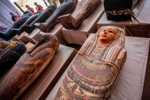 Sarcófagos escavados pela missão arqueológica do Egito, expostos em coletiva de imprensa na Necrópole de Saqqara, 3 de outubro de 2020 [Khaled Desouki/AFP/Getty Images]