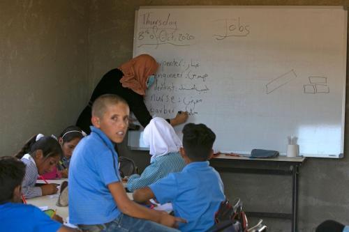 Estudantes palestinos assistem aula na escola de Ras al-Tenneen, prevista para demolição por autoridades israelenses, sob pretexto de falta de alvará, na cidade de Ramallah, Cisjordãnia ocupada, 8 de outubro de 2020 [Abbas Momani/AFP/Getty Images]