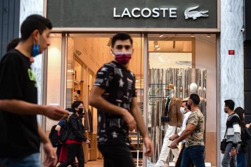 Cidadãos kuwaitianos expressam indignação contra o Presidente da França Emmanuel Macron na Cidade do Kuwait, 24 de outubro de 2020 [AFP/Getty Images]