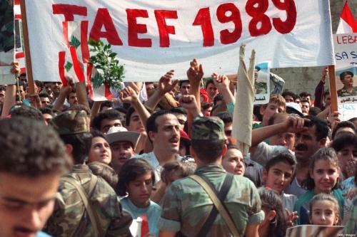 As pessoas se reúnem após o acordo Taif em 4 de novembro de 1989 em Beirute, Líbano [Joseph Barrak/ AFP / Getty Images]