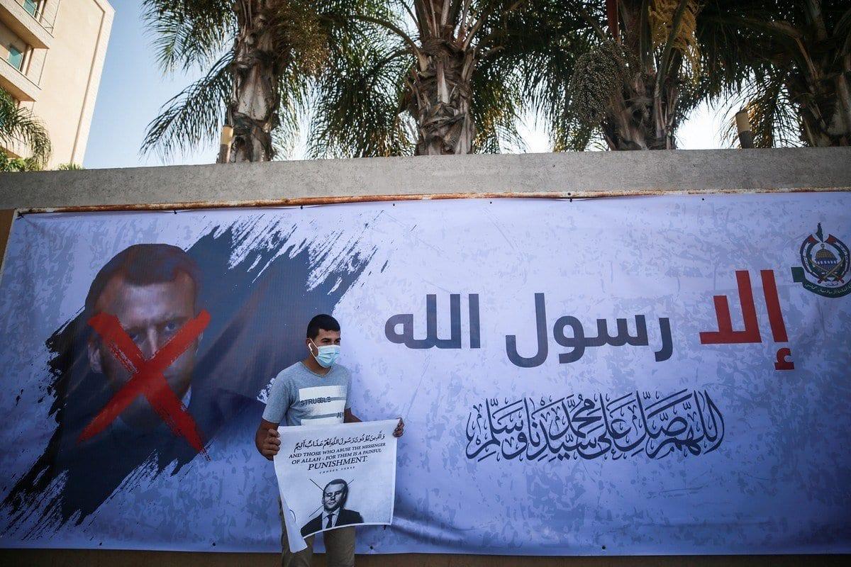 Palestinos protestam em frente ao Instituto Cultural Francês contra comentários considerados islamofóbicos do Presidente da França Emmanuel Macron, em Gaza, 27 de outubro de 2020 [Mustafa Hassona/Agência Anadolu]