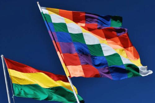 Bandeira indígena oficializada em 2009 ao lado da, até então única, bandeira oficial da Bolívia. [Divulgação/Jornalistas Livres]