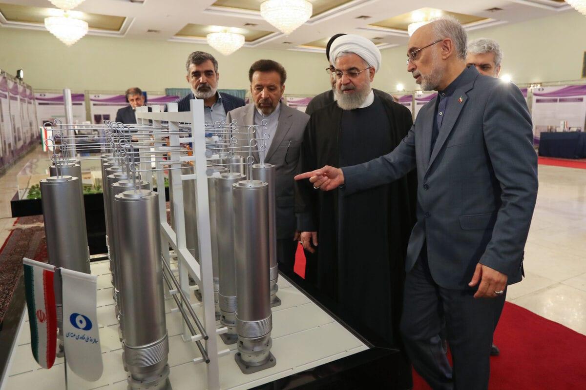 Presidente do Irã Hassan Rouhani visita uma exibição de tecnologia nuclear iraniana, diante de centrífugas utilizadas para refinar urânio e outros material, em 9 de abril de 2019 [Presidência do Irã]