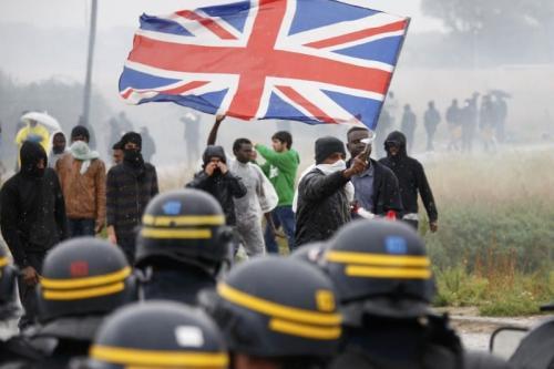Gás lacrimogêneo espalha-se no ar, durante forte repressão de policiais franceses contra uma manifestação no campo de refugiados de Calais, França, 1° de outubro de 2016 [Pascal Rossignol/Reuters]