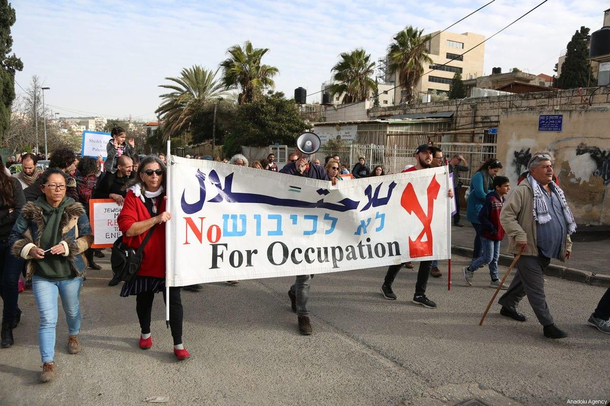 Ativistas protestam contra a decisão de Israel de evacuar famílias palestinas que moram em Sheikh Jarrah, Jerusalém Oriental, em 1° de fevereiro de 2019. [Faiz Abu Rmeleh/Agência Anadolu]