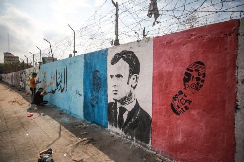 Pintura em muro retrata o presidente francês Emmanuel Macron ao lado de pisadas como uma reação às suas declarações anti-islã, no acampamento Nuseirat na cidade de Gaza, Gaza em 28 de outubro de 2020 [Mustafa Hassona / Agência Anadolu]