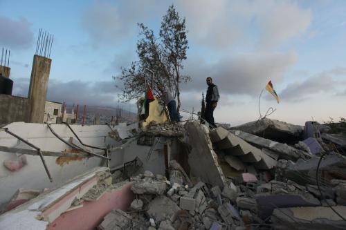 Palestinos inspecionam os escombros da casa do prisioneiro palestino Halil Duveykat, após demolição conduzida por forças israelenses na região de Ruceyb, em Nablus, Cisjordânia ocupada, 2 de novembro de 2020 [Nedal Eshtayah/Agência Anadolu]