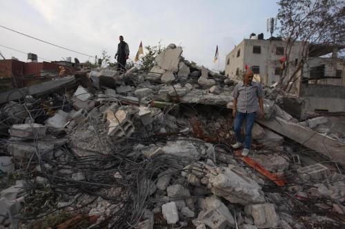 Palestinos inspecionam os destroços de uma residência demolida por forças israelenses na Cisjordânia ocupada, em 2 de novembro de 2020 [Nedal Eshtayah/Agência Anadolu]