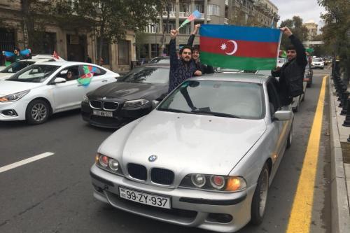 Cidadãos azeris celebram a conquista da cidade de Shusha, em Baku, capital do Azerbaijão, 8 de novembro de 2020 [Resul Rehimov/Agência Anadolu]