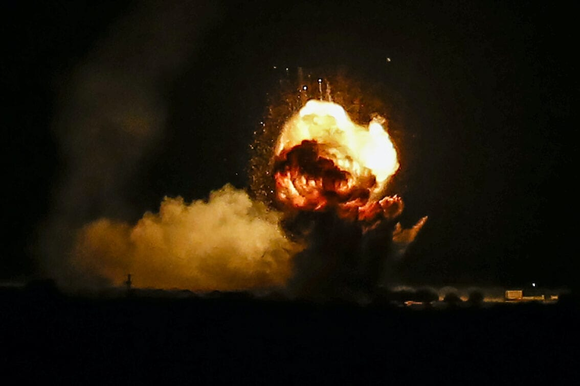 Explosão após um ataque aéreo contra alvos do Hamas, em Khan Yunis, Gaza, 22 de novembro de 2020 [Abed Rahim Khatib/Agência Anadolu]