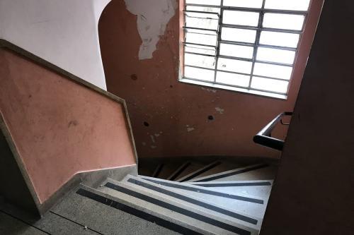 Todas as famílias sobem 1.500 degraus nesta escada do prédio para voltar para casa [Monitor do Oriente Médio]