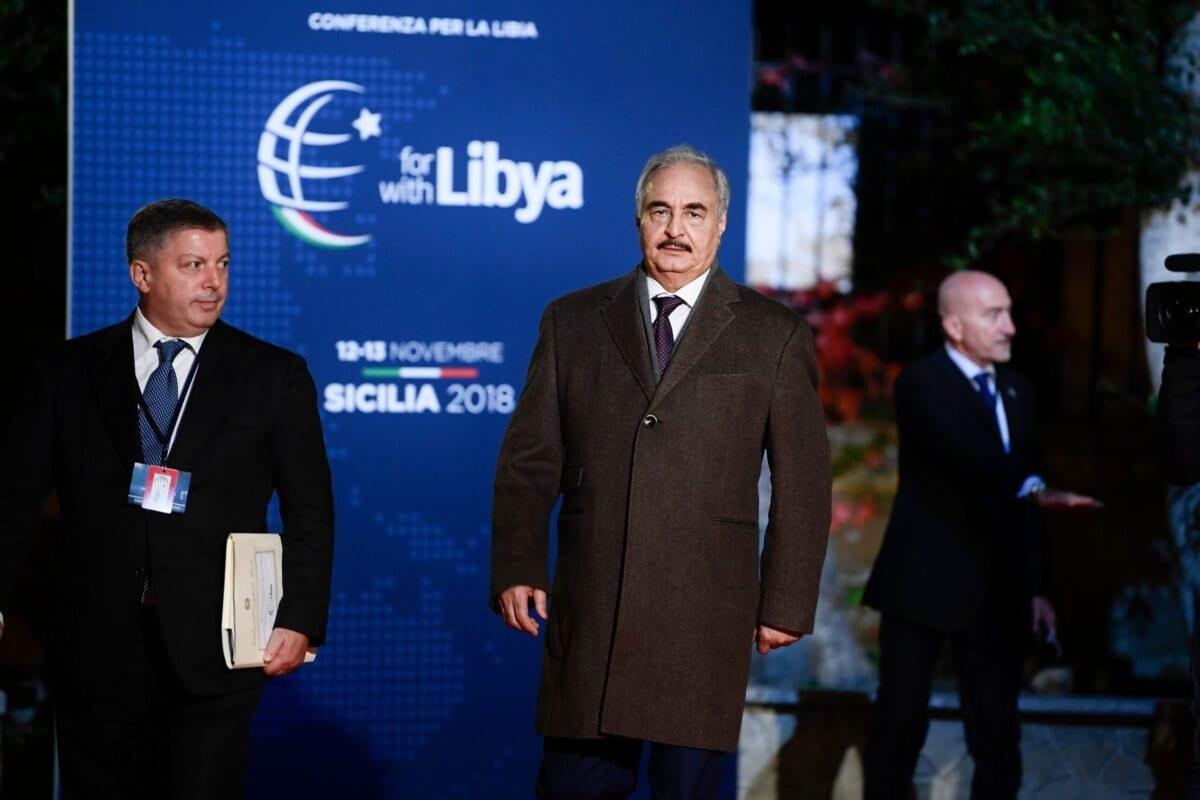 Khalifa Haftar, autoproclamado chefe do Estado-Maior do Exército Nacional da Líbia (ENL), chega a Villa Igiea, Palermo, Itália, para conferência sobre a questão líbia, em 12 de novembro de 2018 [Filippo Monteforte/AFP/Getty Images]