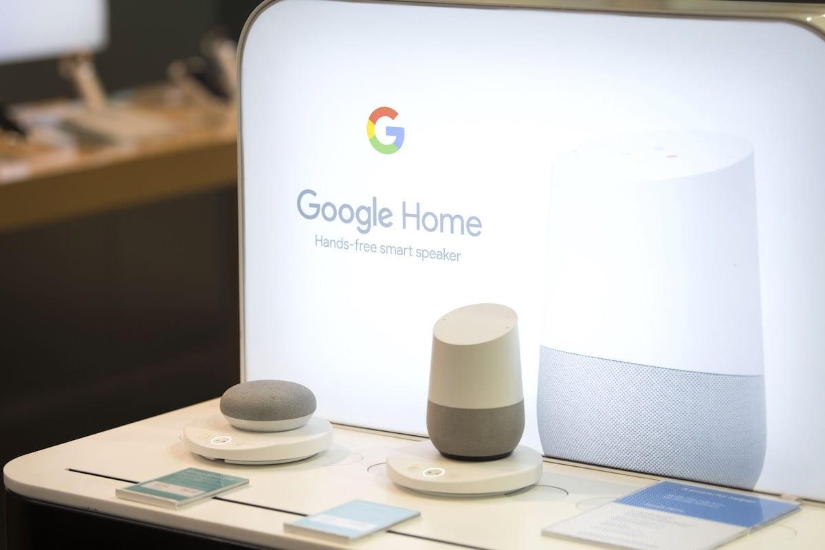 Close de um dispositivo inteligente Google Home em uma loja de varejo em 29 de maio de 2019 em Cardiff, United Reino [Matthew Horwood / Getty Images]