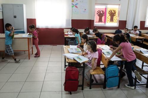 Crianças refugiadas sírias frequentam a aula de segundo grau na escola do campo de refugiados de Kahramanmaras em 19 de setembro de 2019 em [Kahramanmaras, Turquia. Burak Kara / Getty Images]