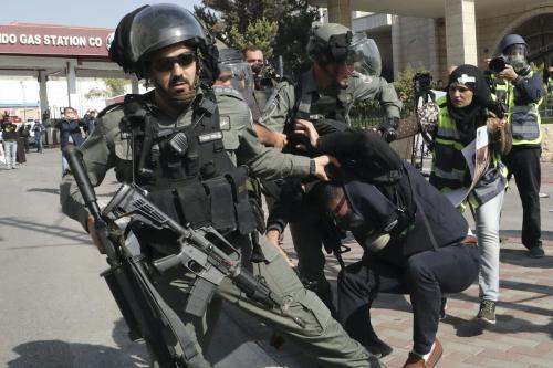 Guardas de fronteira israelenses detêm um jornalista palestino durante uma manifestação pela polêmica barreira de separação de Israel em Belém, na Cisjordânia ocupada, em 17 de novembro de 2019 [Hazem Bader/ AFP via Getty Images]