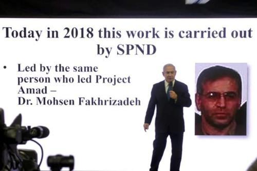 Frame de um vídeo da AFPTV filmado em 30 de abril de 2018 mostra o primeiro-ministro israelense Benjamin Netanyahu fazendo um discurso sobre o programa nuclear do Irã em Tel Aviv, com um slide atrás dele retratando o cientista iraniano Mohsen Fakhrizadeh [Nir Kafri/ AFP via Getty Images]